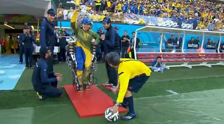 Feito histórico:  chute dado pelo paciente paraplégico Juliano Pinto na abertura da Copa do Mundo.
