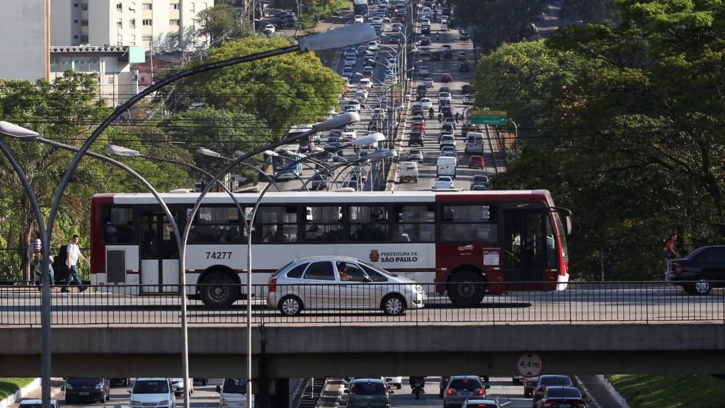 17102012-onibus-cruza-viaduto-sobre-a-avenida-rubem-berta-em-sao-paulo-que-tem-transito-intenso-na-tarde-desta-quarta-feira-17-1350507526442_1920x1080