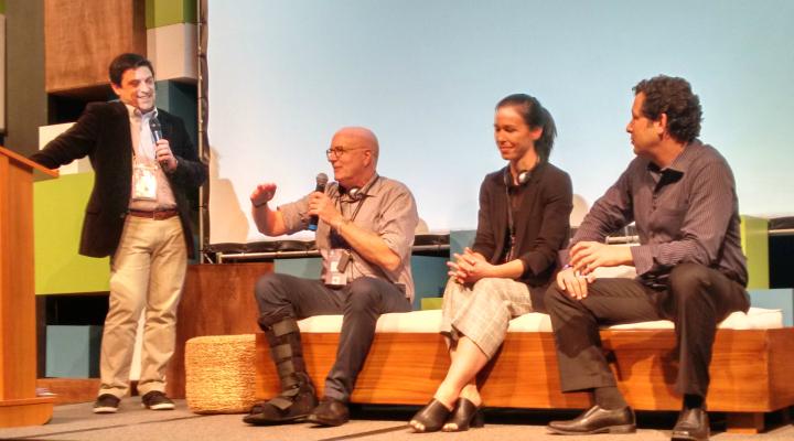 Uma das mesas internacionais do evento contou com as presenças de Nick Allenn (Nuevo Fundraising), Anna Robinson (Change.org) e Darian Heyman (escritor internacional) - sentados - e teve como moderador Ader Assis (Ader & Lang) - Foto: Josilene Rocha