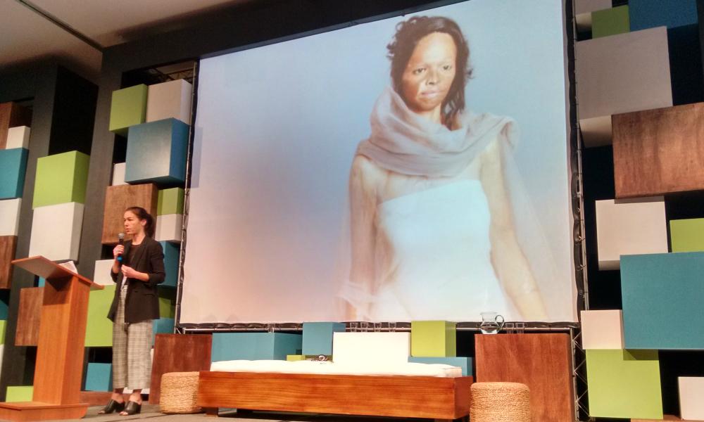Anna Robinson, da Change.org, começou sua palestra contando a história de Laxmi, uma jovem indiana que teve o rosto queimado com ácido e que fez uma grande campanha pedindo restrições na venda de ácido. Como resultado, governo indiano aprovou uma lei reforçando o controle da venda do produto - Foto: Josilene Rocha