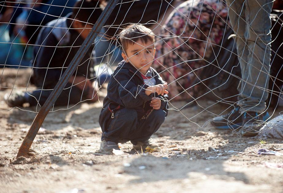 Menino aguarda liberação para entrar na Grécia