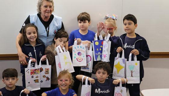 Estudantes fazem toucas para pacientes com câncer no Paraná