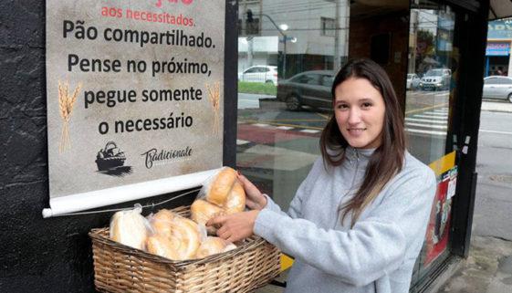 Padaria de Curitiba doa pães e salgados para pessoas carentes