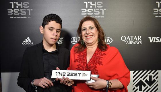 Mãe que narra jogos para filho com deficiência vence prêmio da Fifa