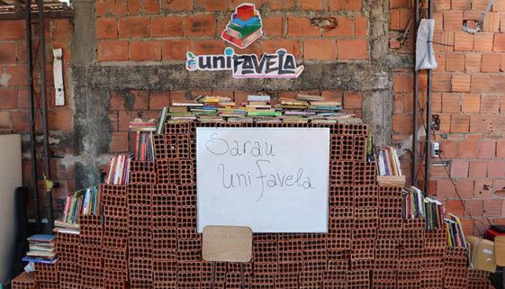 Universitários criam cursinho pré-vestibular no Complexo da Maré