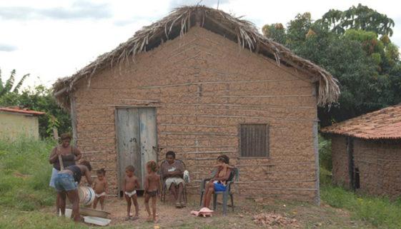 2,2 milhões de crianças e adolescentes vivem em casas de palha no Brasil