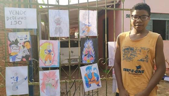 Menino vende desenhos na porta de casa para ajudar a família