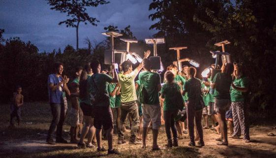 Projetos sociais levam eletricidade e bibliotecas para a Amazônia