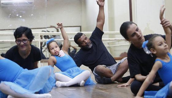 Pedreiro aprende a dançar balé com filhas diagnosticadas com autismo