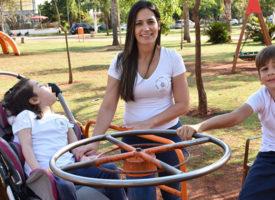 Mãe de menina com deficiência cria playground com brinquedos inclusivos