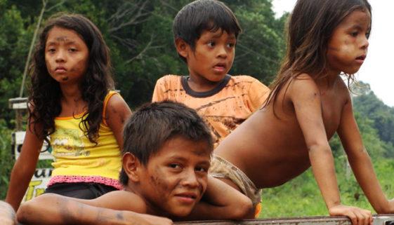 Abandonadas: crianças na Amazônia sofrem com fome, abusos e mortes