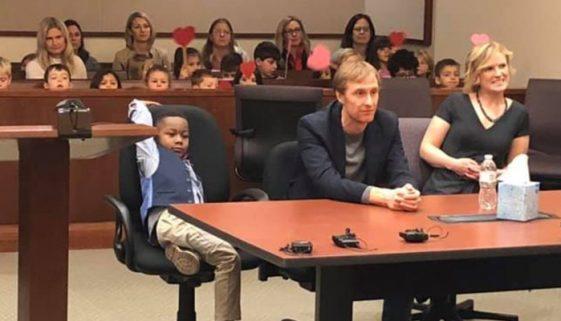 Menino de 5 anos convida toda a classe para assistir a sua adoção
