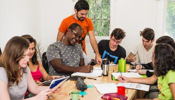 Professores refugiados dão aulas de idiomas em SP e RJ