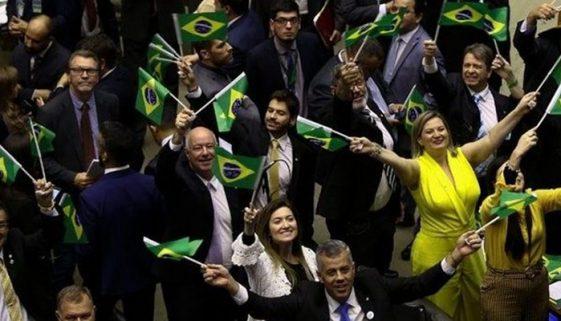 Salário de parlamentares é 80 vezes a renda de 52 milhões de brasileiros