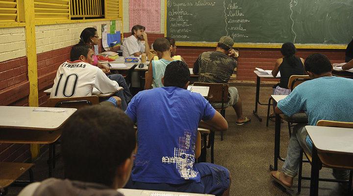 No Brasil, salário de professor é metade do pago em países ricos
