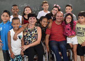 Casal de cadeirantes ajuda a alfabetizar crianças na garagem de casa