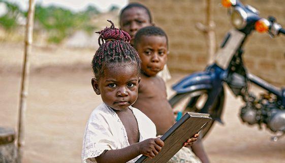 Para combater evasão escolar na Etiópia, OSC leva livros em dromedário