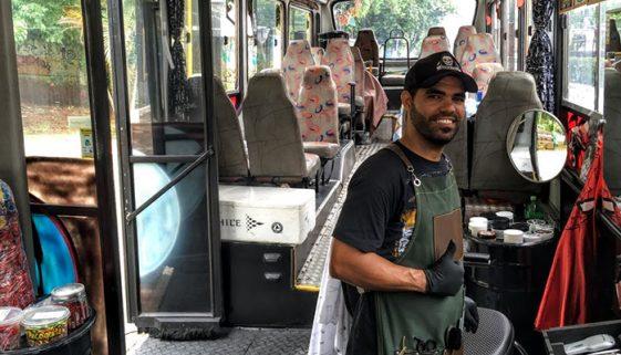 Em São Paulo, barbeiro cria salão dentro de ônibus na periferia