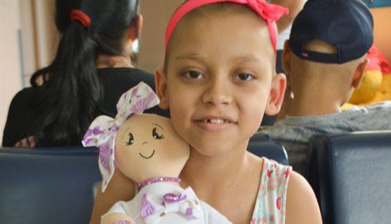 Crianças com câncer recebem bonecos pelo projeto