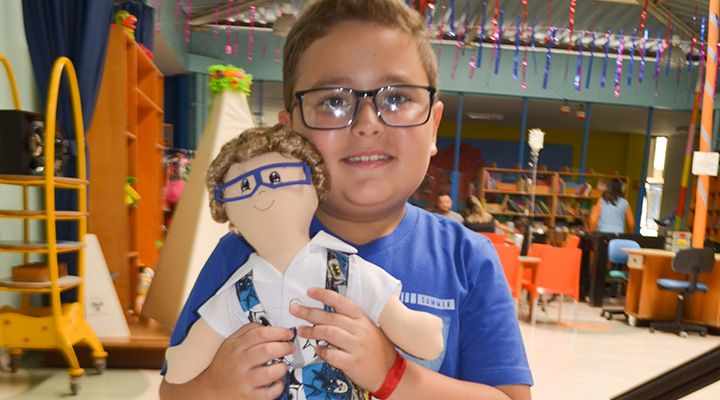 """Crianças com câncer recebem bonecos pelo projeto """"Alguém como eu"""""""