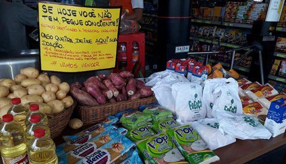 Comerciante cria mesa solidária para doar alimentos na Praia Grande
