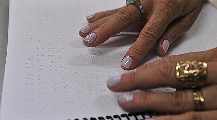 Projeto ajuda deficientes visuais a ler e escrever por meio do Braille