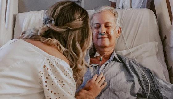 Noiva se casa em hospital para pai com câncer acompanhar cerimônia