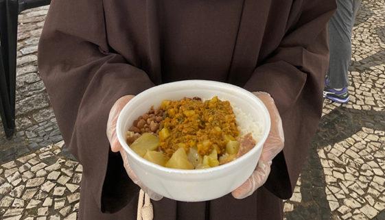 Iniciativas se unem para distribuir marmitas entre a população de rua