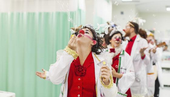 Doutores da Alegria animam pacientes com Covid-19 pela internet