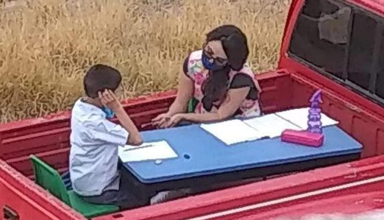 Professora mexicana adapta carro para dar aulas durante a quarentena