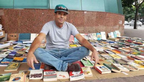Livreiro das ruas que teve livros queimados recebe o triplo em doações