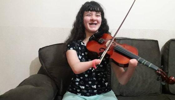 Jovem com deficiência realiza o sonho de aprender a tocar violino