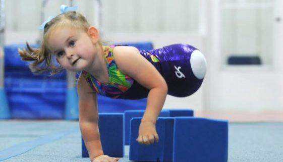 Menina que nasceu sem as pernas realiza o sonho de ser ginasta