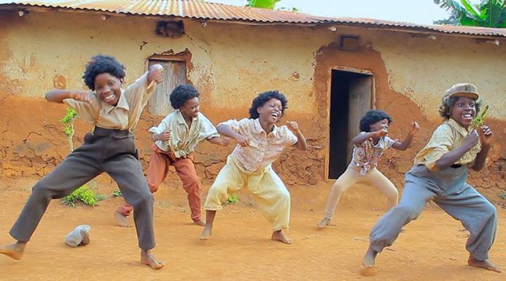 Crianças dançarinas de Uganda comovem com coreografias inspiradoras